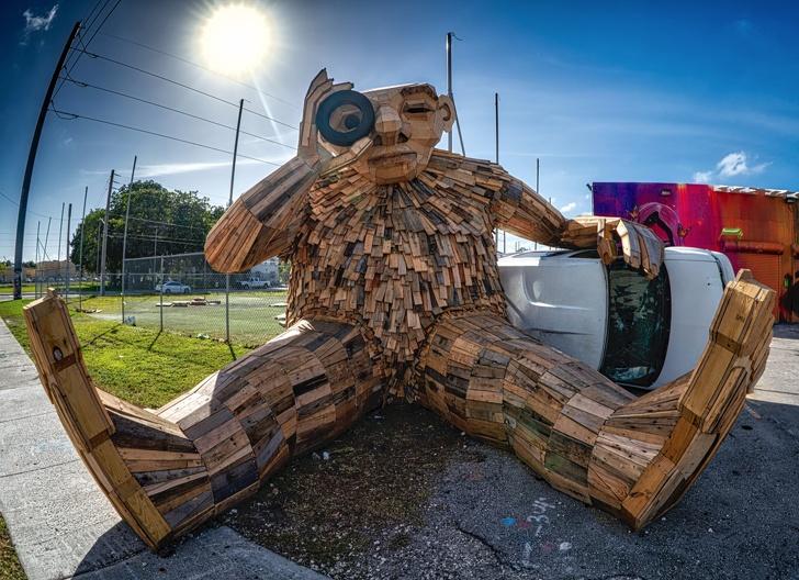 Seniman Ini Membuat 34 Patung Kayu Raksasa Mengerikan dan Lucu